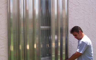 Instala paneles de protección para tu negocio